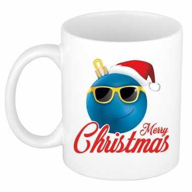 Merry christmas kerstcadeau kerstmok blauwe kerstbal met kerstmuts 300 ml
